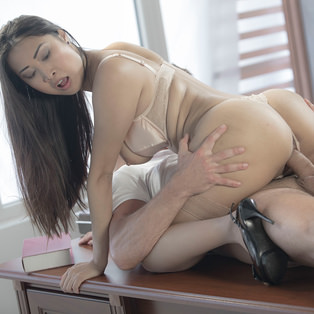 Beautiful Sharon Lee poses nude in porn pics
