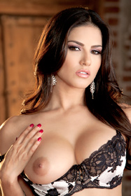Hot babe Sunny Leone in erotic picture