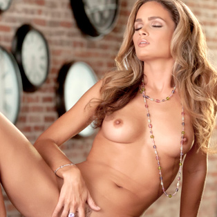 Beautiful Prinzzess poses nude in porn pics